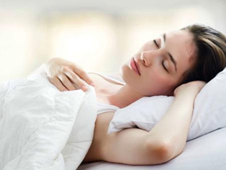 Tư thế ngủ cũng có thể khiến da nhăn nheo và chảy xệ